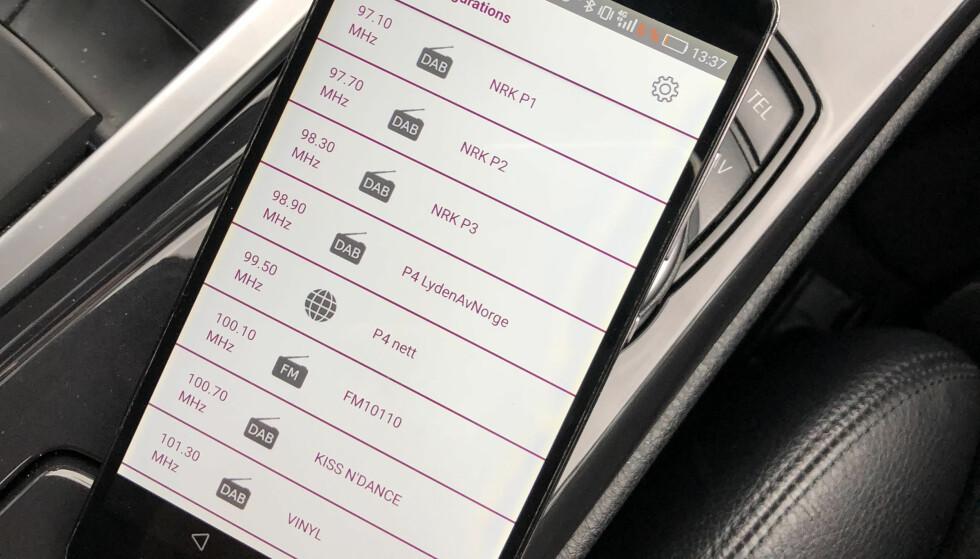 <strong>FAVORITTER:</strong> Her er kanalene lagt inn som favoritter i appen. Da kan du se frekvensene til venstre og finne de på radioen din. Foto: Rune M. Nesheim