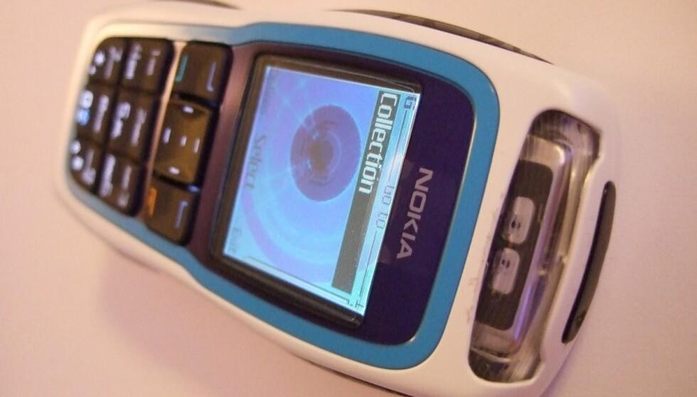 MIN FØRSTE: Slik så min første mobil ut, en Nokia 3220. Foto: akaalias/Wikimedia Commons.