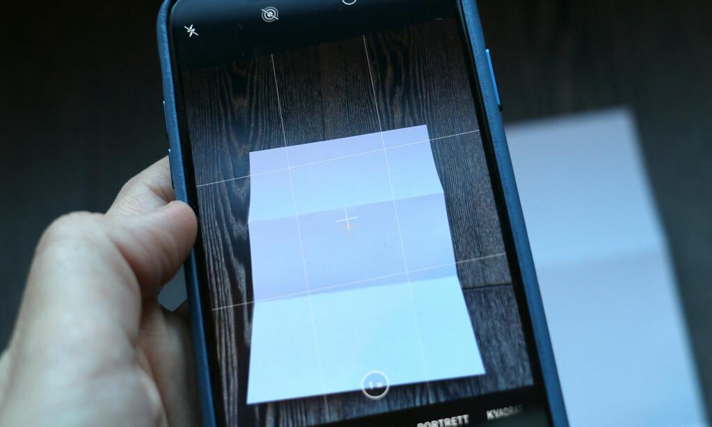 VATER: iPhone-kameraet har et innebygd vater som kan hjelpe deg når du skal ta bilder av dokumenter. Foto: Kirsti Østvang