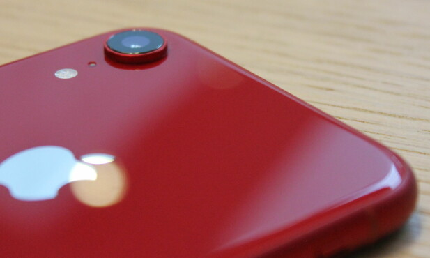 FLERE FARGER: Ved siden av vår røde variant, finnes iPhone Xr i blå, gul, korallrød, hvit og sort. Foto: Pål Joakim Pollen