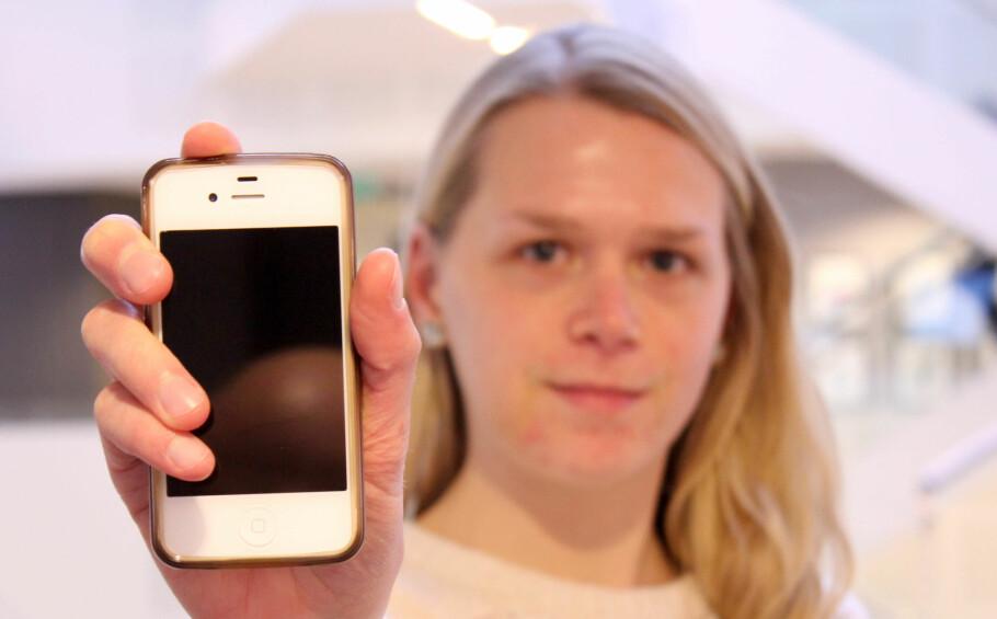 FØLGESVENNER: Denne iPhonen har vært med meg gjennom videregående skole, universitet og høyskole, og nå inn i arbeidslivet. Foto: Pål Joakim Pollen.