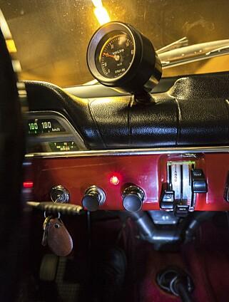OVERDRIVE: Det røde lyset på dashbordet indikerer at den elektriske overdriven er aktiv. Turteller på dashbordet er også viktig GT-utstyr. Foto: Paal Kvamme