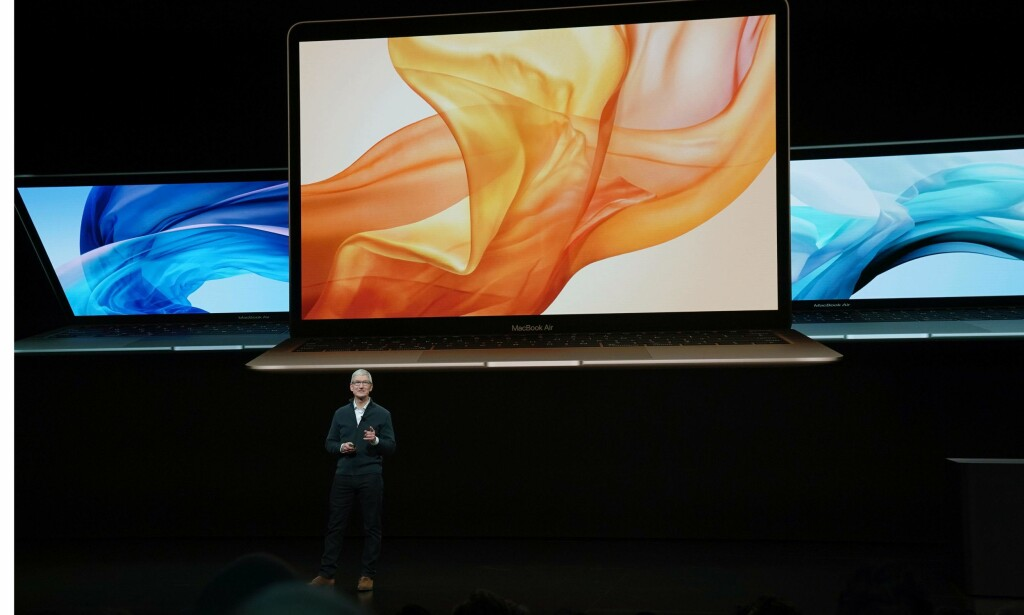 MACBOOK AIR: Apple-sjef Tim Cook introduserte nye MacBook Air. Foto: TIMOTHY A. CLARY/AFP