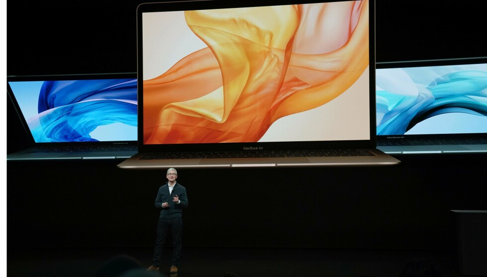 MACBOOK AIR: Apple-sjef Tim Cook introduserte nye MacBook Air. Foto: TIMOTHY A. CLARY/AFP