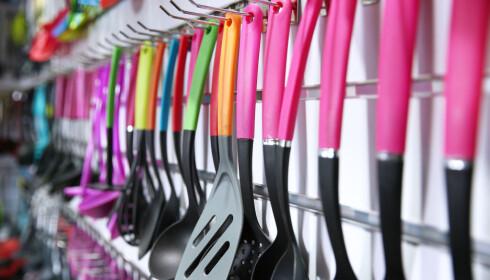 SVART PLAST: Produkter i svart plast er ofte fremstilt av resirkulert plast, og Svenske Konsumenter råder deg til å ligge unna denne plasttypen for å forsøke å unngå de farlige stoffene. Foto: Shutterstock/NTB scanpix