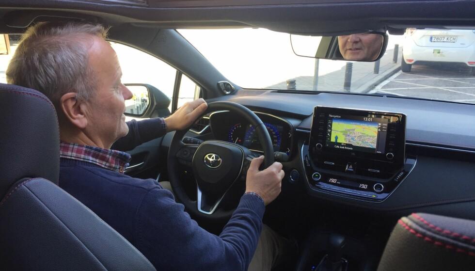 KJØREOPPLEVELSEN: Den største forbedringen i Corolla er førerplassen. Nå konkurrerer den med VW Golf. Foto: Espen Olsen.