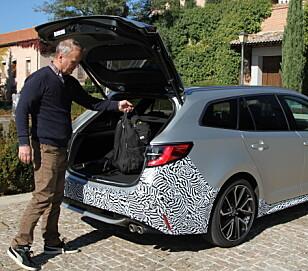 STØRRE OG STERKERE: Corolla har bedre beinplass i baksetet og større bagasjerom enn gamle Auris. Foto: Espen Olsen.
