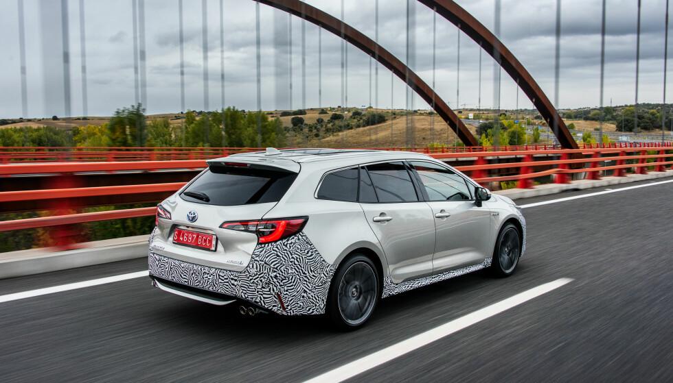 """<strong>SER BEDRE UT:</strong> Det utvendige designet er blitt mer sportslig, men hva Toyota mener med designfilosofien """" Under Priority Catamaran"""" skjønner vi fortsatt ikke. Foto: Rune Korsvoll"""
