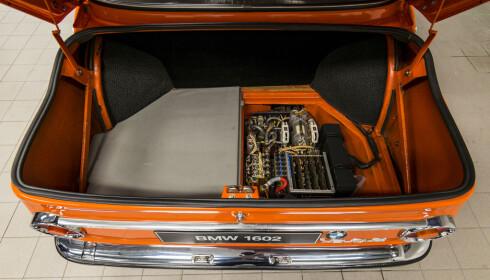 INGEN RESERVEHJUL: Brønnen til reservehjulet er her byttet ut med elektronikk. Måtte brønnen være tett. Foto: Jamieson Pothecary