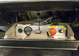 HJELPEMIDLER: Hanskerommet er ikke alltid for hansker. Her er det erstattet med et voltmeter, en nødknapp og en girvelger. Foto: Jamieson Pothecary