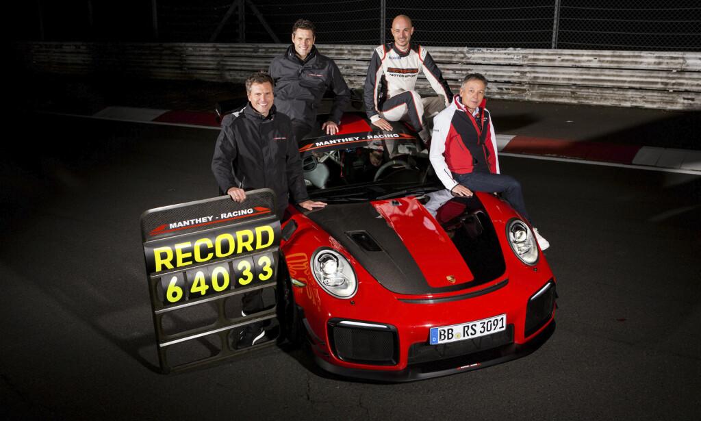 TALLENES TALE: Teamet som sto bak den nye Porsche-rekorden på Nürburgring Nordschleife med fører Lars Kern. Foto: Porsche