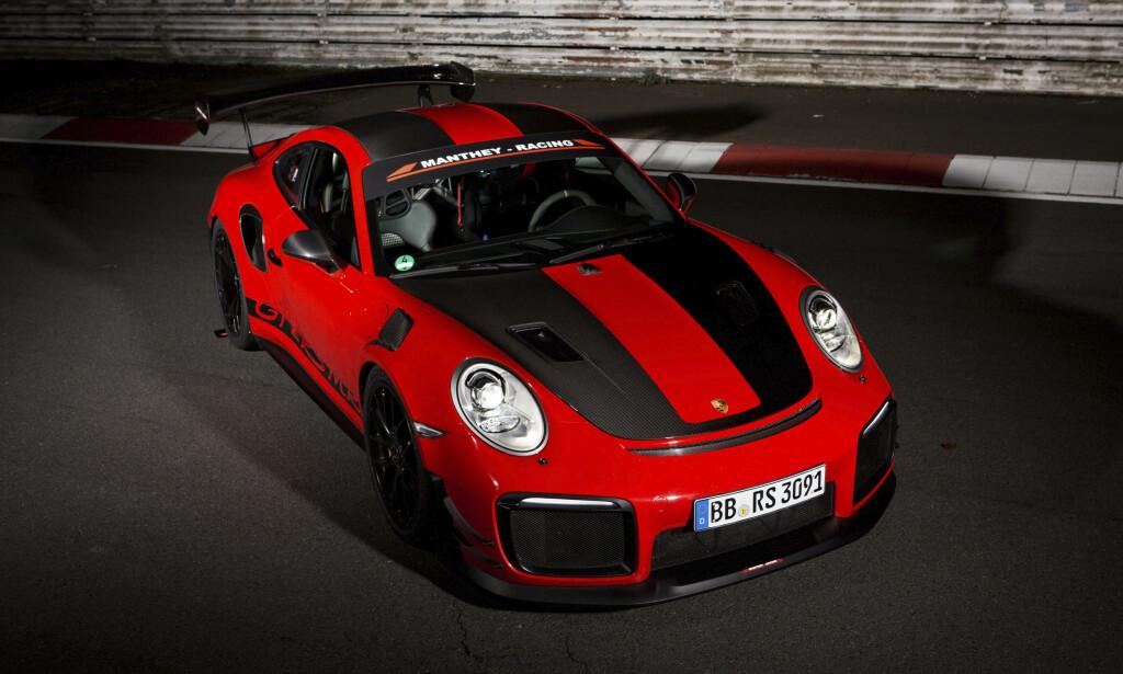 ET MONSTER: Rekordbilen, med de to ekstra bokstavene MR, klarer å forbedre tiden til en standard GT2 RS takket være et modifiseringskit utviklet i samarbeid mellom Porsche- og Manthey-Racing-teknikere. 0 til 100 gjør bilen på 2,8 sekunder. Foto: Porsche