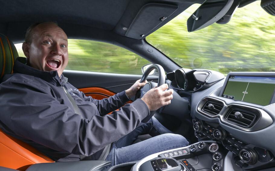 FANTASTISK MORO: Vantage er «billigmodellen» til Aston Martin. Engelskmennene viser at de kan kjøreglede, men det er fortsatt mye å gå på i detaljene. Foto: Jamieson Pothecary