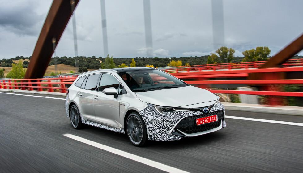 """<strong>SER BEDRE UT:</strong> Det utvendige designet er blitt mer sportslig, men hva Toyota mener med design-filosofien """" Under Priority Catamaran"""" skjønner vi fortsatt ikke etter en halvtimes diskusjon med prosjektsjef Yashushi Ueda. Foto: Toyota"""