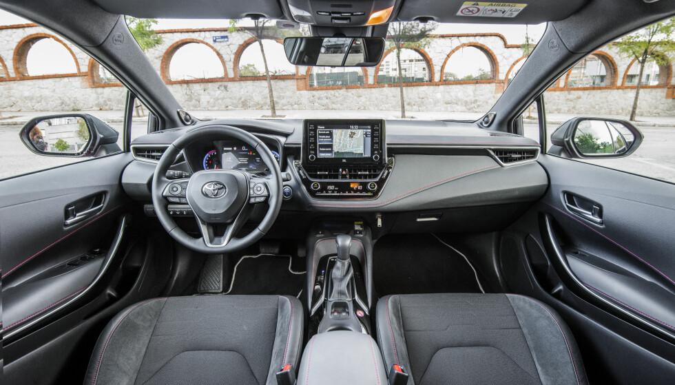 <strong>MYE UTSTYR:</strong> Corolla kommer med mer utstyr enn de fleste konkurrentene. En klar forbedring er valget av lunere materialer i interiøret. Foto: Toyota