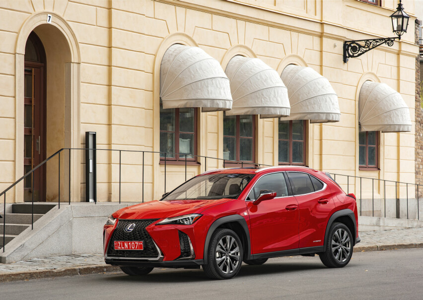 RIMELIG LUKSURIØS: Lexus UX er den ferskeste modellen i produktutvalget til Toyotas premium-merke. Det er dessuten den tredje og mest kompakte crossoveren. Nå er prisene klare. Foto: Lexus