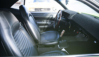 IKKE SKLI UT! Selv om hun har pistolgrep på girstangen, er setene ikke akkurat Sparco med sidestøtte som holder deg på plass. Ta det rolig i svingene! Foto: Kaj Alver