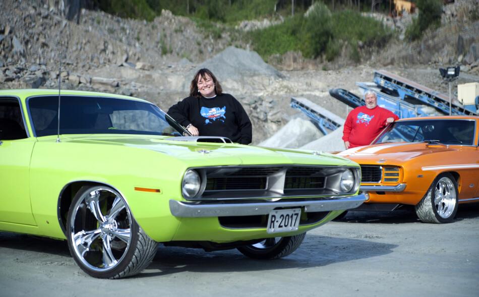 FELLES: Linda Sivertsen Håland og Steinar Håland er så heldige å ha samme hobby. Så man ser dem ofte på tur i hver sin bil! Linda med sin Plymouth Barracuda 440 og Steinar med sin 1969 Camaro. Foto: Kaj Alver