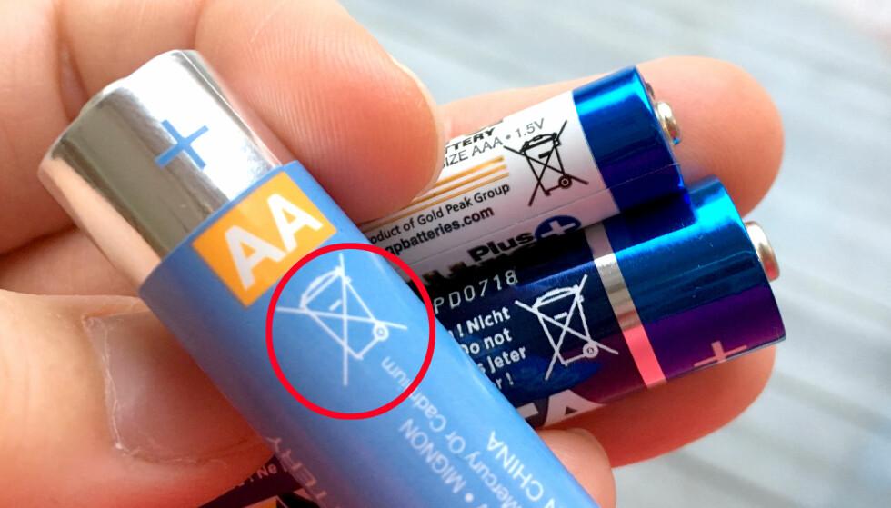 DETTE BETYR AT BATTERIET SKAL MILJØSORTERES: Alle batterier skal leveres som spesialavfall - også vanlige husholdningsbatterier - men der er vi skikkelig dårlige: Ifølge Eurostat er Norge blant de aller dårligste i hele EØS-området, når det handler om å levere inn batterier til gjenvinning. Foto: Kristin Sørdal
