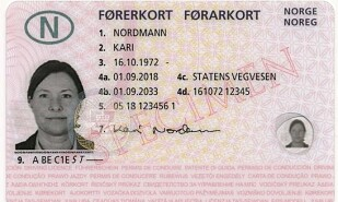 NY FRAMSIDE: Det nye førerkortet inneholder elementer som gjør at det er vanskeligere å forfalske. Foto: Vegvesenet