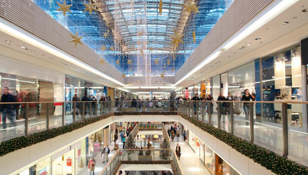 HANDLEFEST: Mange butikker og kjøpesentre har åpent søndagene før jul og på julaften. Som ansatt er det viktig at du vet om rettighetene dine. Foto: Shutterstock/NTB Scanpix.