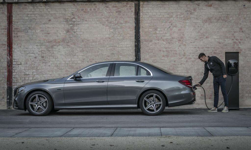 HELT NY DRIVLINJE: Både med bensinmotor og dieselmotor tilbyr nå Mercedes sitt nye EQ-program med ladbar teknologi og batteripakker med mer enn dobbel kapasitet i forhold til forrige generasjon. Her en E 300 e. Foto: Daimler AG