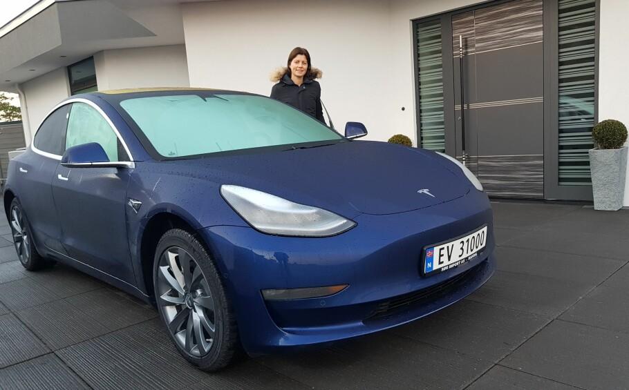 FØRST I NORGE: Anette Tveit og hennes svigerfar var de første i Norge til å få ettertraktede Tesla Model 3. Alle andre må i hvert fall finne seg i å vente til en gang i 2019, før de kan få bilen. Foto: Privat