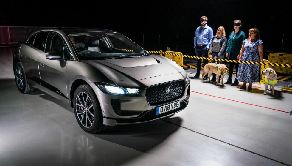 MYE TESTING: Ifølge de nye lovkravene skal lyden fra elektriske biler slås på automatisk i hastigheter under 20 km/t. Den skal varsle myke trafikanter, men ikke forstyrre omgivelsene. Foto: Jaguar