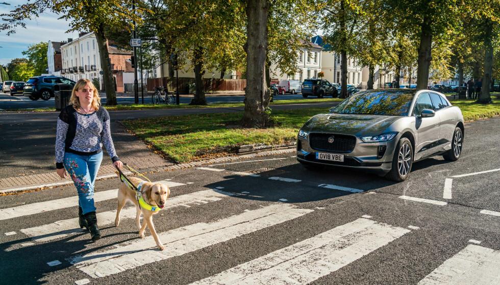 ET STORT PROBLEM: - Lydløse, elektriske biler er blitt et stort problem for blinde og svaksynte i trafikken. At alle elbiler nå må lage lyd vil forhindre ulykker for alle myke trafikanter, sier generalsekretær Arnt Holte i Norges Blindeforbund. Foto: Jaguar