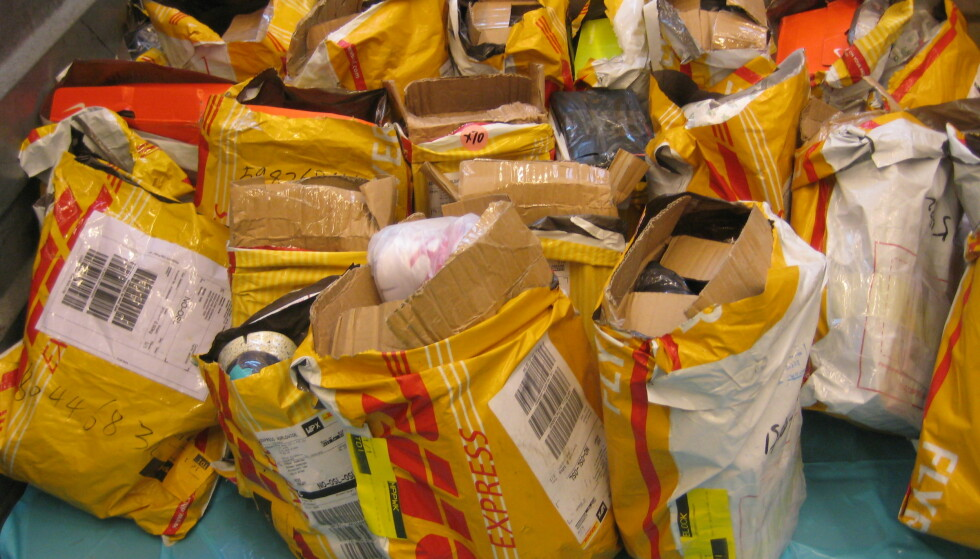 BESLAGLEGGER PIRATKOPIER: Ifølge Tolldirektoratet beslaglegger de en rekke piratkopierte varer som blir sendt til Norge med fly. Foto: Tolldirektoratet