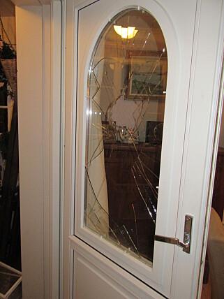 KNUST: Tyvene hadde brukt en stein til å knuse verandadøra. Kristin oppfordrer til å ha en nøkkel man kan fjerne fra verandadøra - slik at det ikke blir så enkelt å låse den opp. Foto: Privat