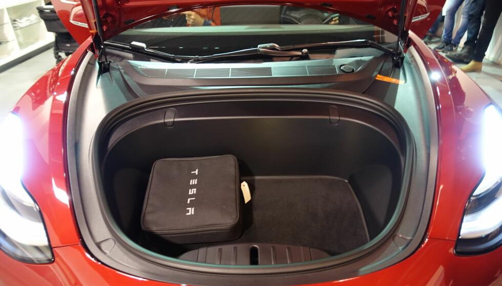 STOR FRUNK: Under panseret er det ytterligere et stort bagasjerom. Foto: Fred Magne Skillebæk