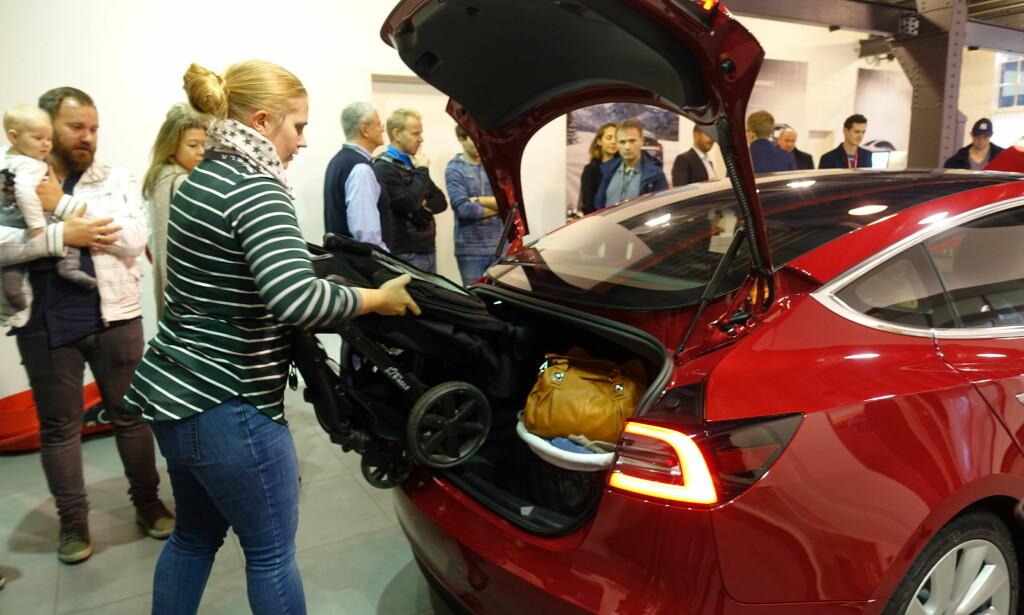 PÅ VENTELISTE: Siril Woldstad Sjøflot prøver ut plassen i bagasjerommet i Tesla Model 3, med medbrakt barnevogn. Familien har stått på venteliste for bilen siden dag én. Foto: Fred Magne Skillebæk