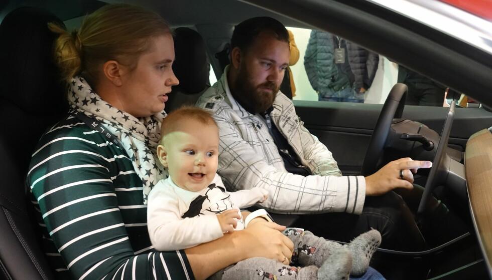 KJENT SYSTEM: Paret kjenner seg godt igjen i brukergrensesnittet fra deres nåværende Model S. Foto: Fred Magne Skillebæk