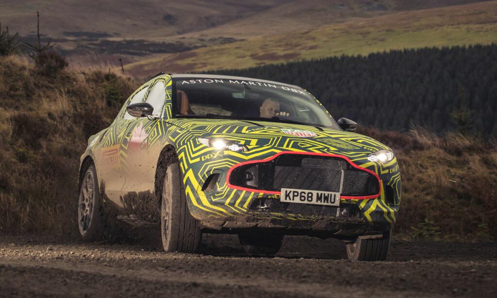 PÅMALT GRILL: Bortsett fra den generelle fasongen er det ikke så lett å gjøre seg opp en mening om hvordan den nye Aston-SUV-en blir seende ut. Foto: Aston Martin