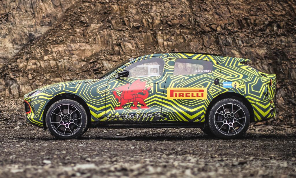 KLASSISK SUV-PROFIL: Den kan se ut som en krysning av Porsche Macan og Jaguar F-type og noen vil nok synes silhuetten er skuffende tradisjonell. Foto: Aston Martin