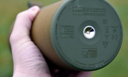 TRÅDLØS LADING: Med en ladeplate kan du sette høyttaleren direkte på og lade uten å koble til ledning. Foto: Pål Joakim Pollen