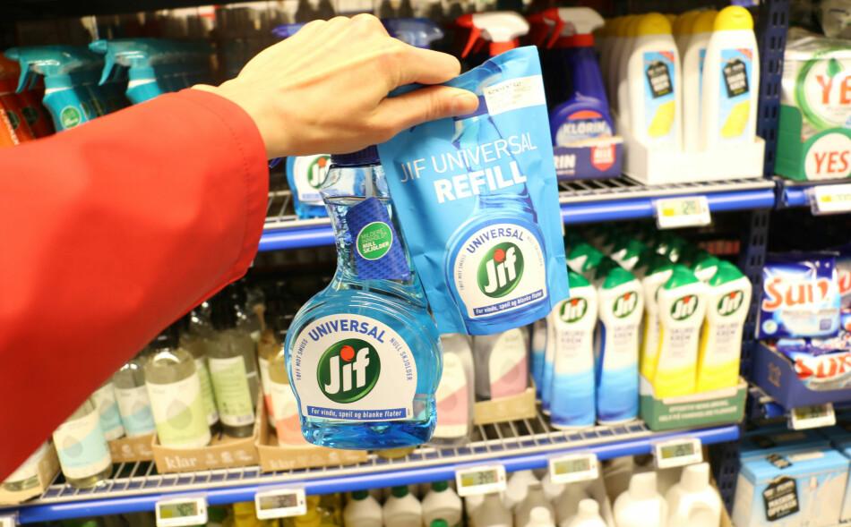 HVILKEN KOSTER MEST?: Du tror kanskje at det lønner seg å kjøpe refill når sprayflaska er tom, men det kommer helt an på hvilken butikk du handler hos. Sjekk prisene lenger ned i saken. Foto: Eilin Lindvoll.