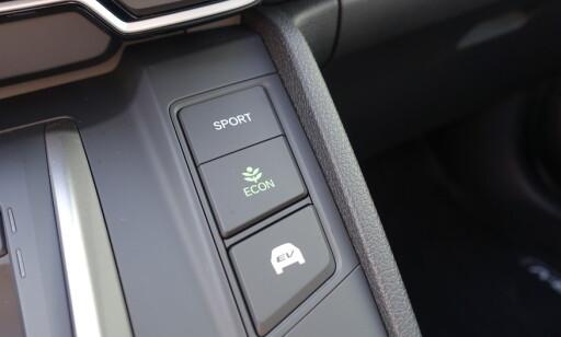 TRE UNØDVENDIGE: De tre knappene til høyre, blir neppe brukt særlig ofte. Vi har problemer med å merke forskjell på dem: Foto: Rune M. Nesheim