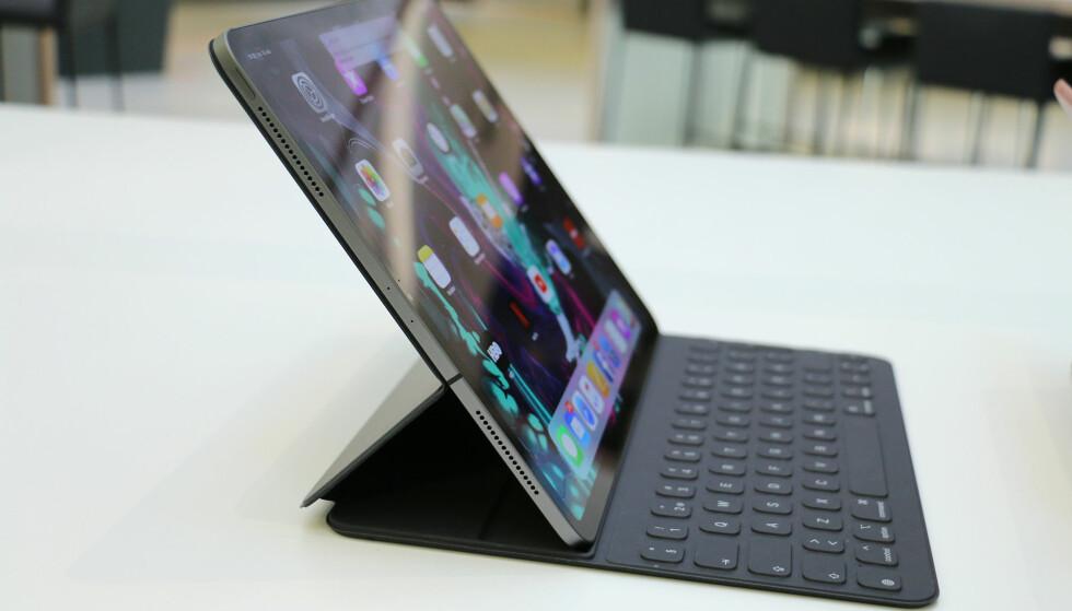 TO POSISJONER: Nye Smart Keyboard Folio kan settes opp i to posisjoner, denne som dere ser på bildet og en enda mer oppreist. Fremdeles er ingen av dem spesielt godt egnet for skriving på fanget. Foto: Kirsti Østvang