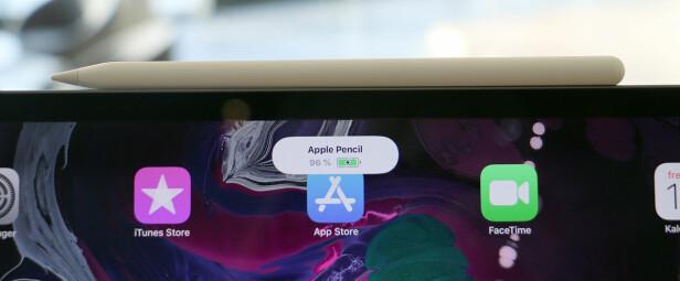 I PRAKSIS VIL DU ALLTID HA STRØM: Det er så lett å lade nye Apple Pencil, at vi aldri har gått helt tom for strøm i løpet av testperioden. Foto: Kirsti Østvang