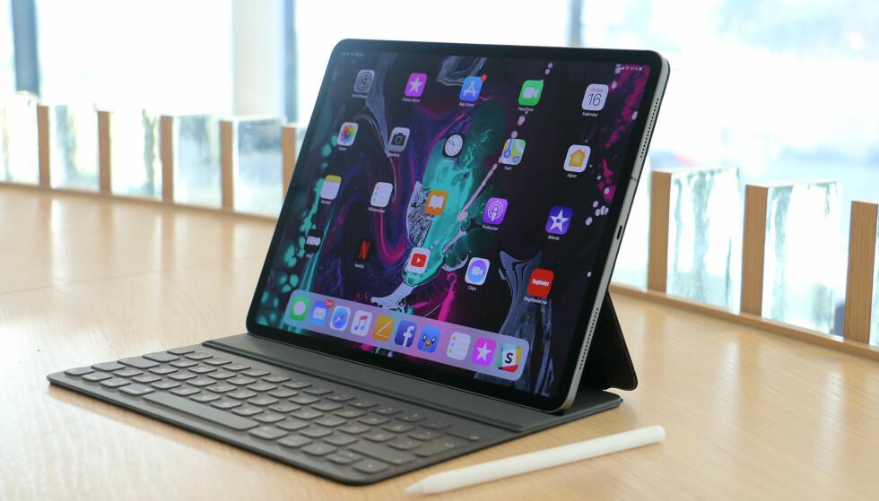 TOTAL FORVANDLING: Apple har gitt iPad Pro den største oppgraderingen av iPad-serien på mange år. Den har fått et helt nytt design, en prosessor kraftigere enn mange PC-er og USB-C. Foto: Kirsti Østvang
