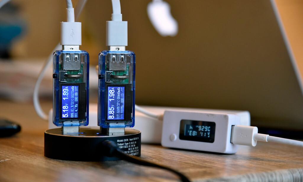 Her måler vi ladeeffekten på tre av portene med USB-multimetere. Foto: Pål Joakim Pollen