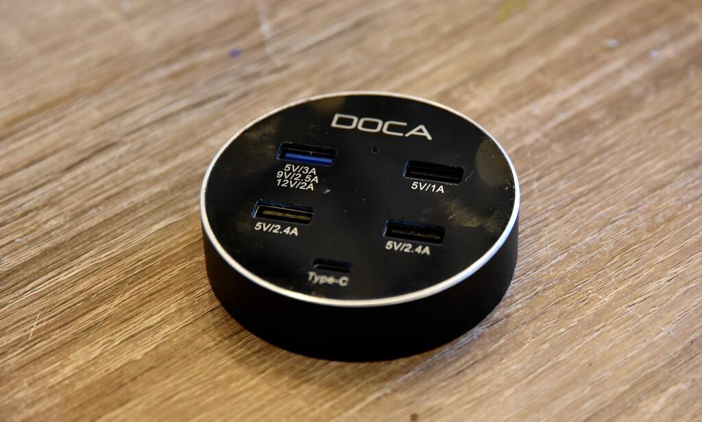 MED QUICK CHARGE: Denne dingsen til 250 kroner kan lade fem enheter samtidig og byr på Quick Charge 3.0 for enheter som støtter det. Foto: Pål Joakim Pollen