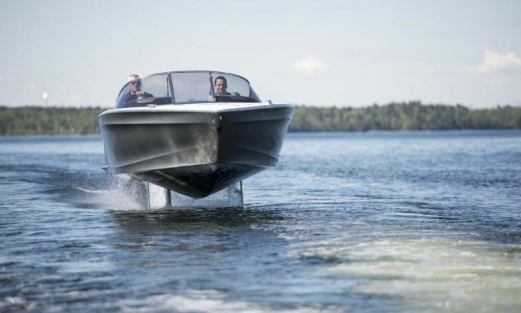 FULL SPENNING: Projektlederen Gustav Hasselskog bak rattet på «Seven». Nå er ti båter snart klare. Foto: Candela Speed Boat