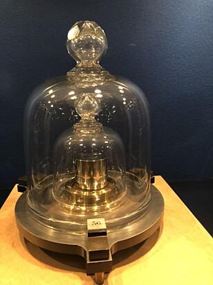 PENSJONERES: Kilogrammet som har stått i Paris siden 1889, skal pensjoneres og avløses av mer moderne målemetoder.