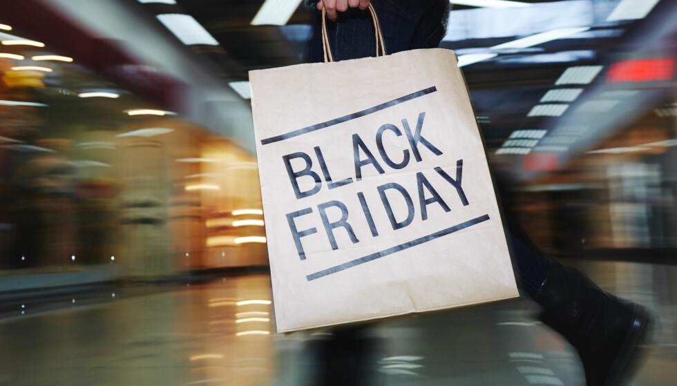 IKKE BLI LURT: Det er faktisk noen varer som settes opp rundt black friday, viser prisoversikter. - Sjekk prisene og sammenlikn med flere butikker før du handler, råder ekspertene. Foto: NTB scanpix