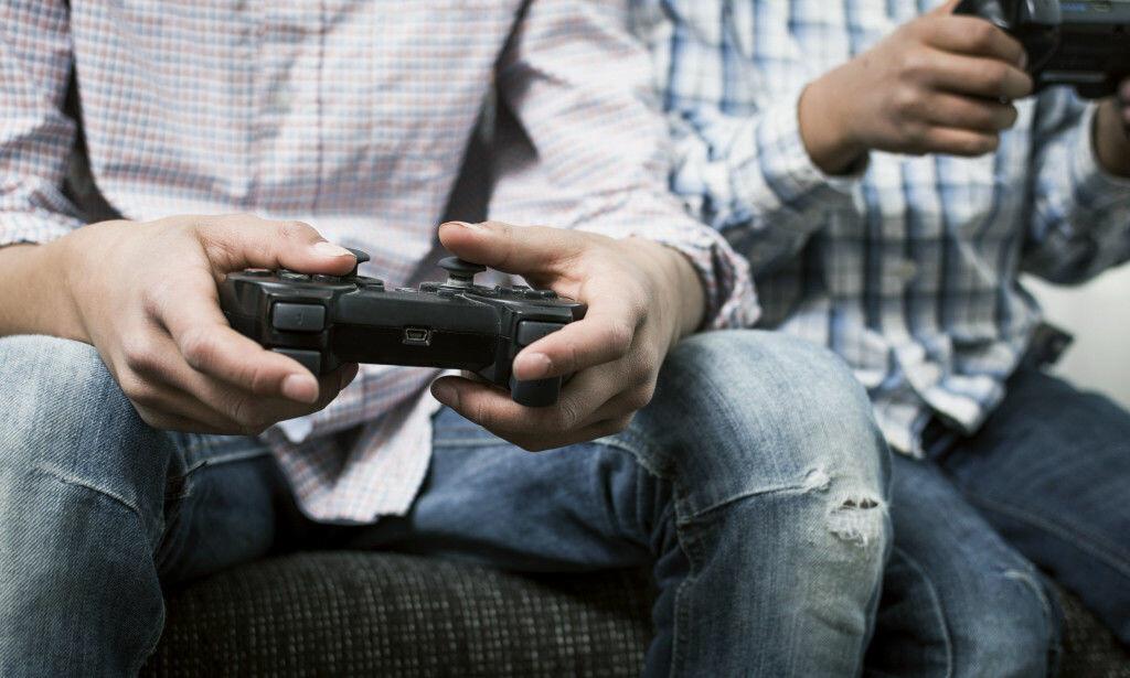 PENGER Å SPARE: Også i spillbutikkene får man gode rabatter på spill i disse tider – til og med på de nyeste. Foto: Shutterstock / NTB Scanpix