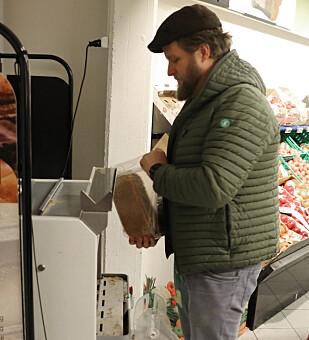 <strong>BRØDKRISE?:</strong> Morten velger å dele opp brødet på butikken, slik at de kan fryse halvparten og unngå at skivene nederst i posen blir tørre og mugne. Men, handler han nok brød? Foto: Eilin Lindvoll.