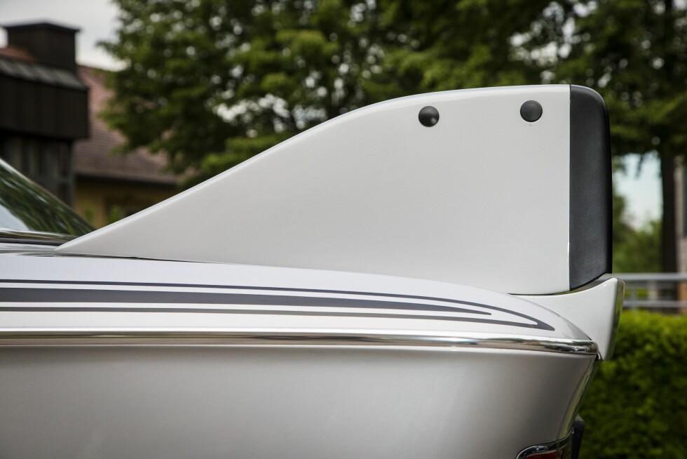 EFFEKTIVT: Det hårete «stylingsettet»  besto blant annet av en dyp frontspoiler, gummifinner på fremskjermene og en takspoiler over bakruten. Og en av verdens villeste hekkspoilere. Foto: BMW